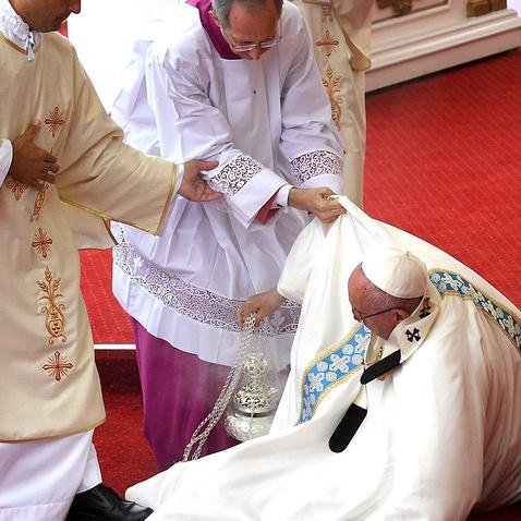 Папа Римський оступився і впав під час богослужіння в Польщі (відео)
