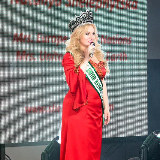 Українка, що визнана найкрасивішою жінкою світу, заспівала для друзів