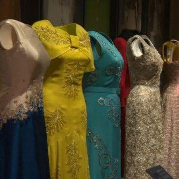 У Букінгемському палаці проходить виставка вбрання Єлизавети ІІ ( відео)