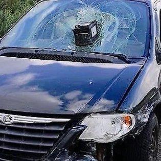 «Хтось сильно розлютився». У Латвії на трасі стоїть Chrysler з акумулятором в лобовому склі (фото)