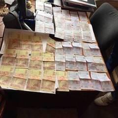 У Києві слідчий поліції вимагав гроші від чоловіка, що постраждав від розбійного нападу