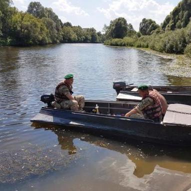 Українські прикордонники затримали човен з трьома росіянами