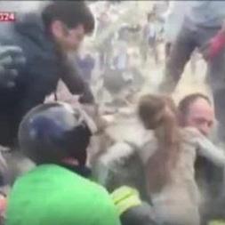 В Італії 10-річну дівчинку врятували з-під завалів під оплески (відео)