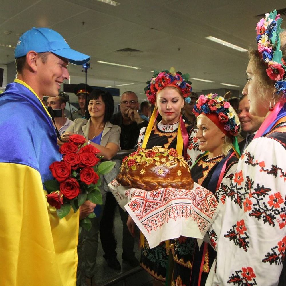 Українських каноїстів-тріумфаторів Ігор-2016 зустріли короваєм, квітами та військовим оркестром (фото)