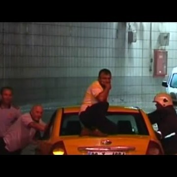 У Туреччині машини застрягли у затопленому тунелі (відео)