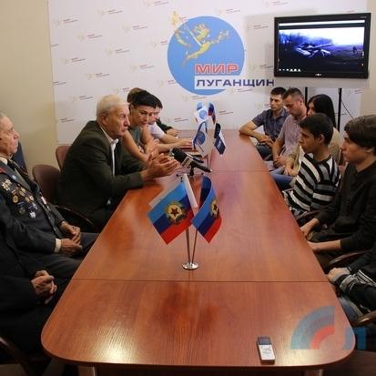 У Луганську  зі студентами, які пройшлися по місту з прапором України, провели виховну бесіду