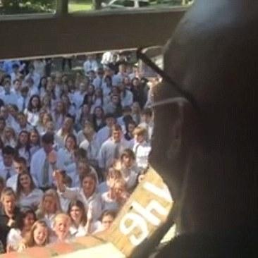 Сотні студентів заспівали для хворого на рак викладача (відео)