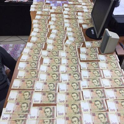 На Сумщині митник вимагав 400 доларів хабара