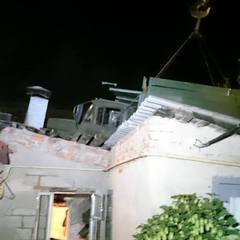 У Харкові вантажівка унаслідок ДТП опинилася на даху будинку (відео)