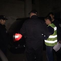 У центрі Києва нападники зі зброєю у формі «СБУ» пограбували чоловіка на 2 мільйона гривень