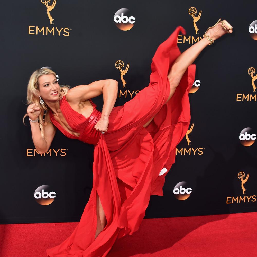 Каскадерка у вечірній сукні та на підборах зробила кульбіт на червоній доріжці «Еммі» (відео)
