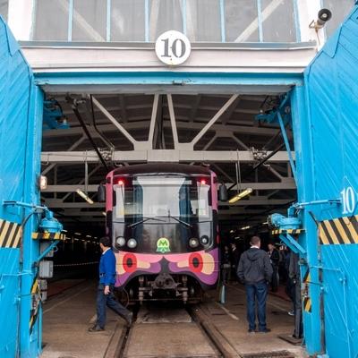 У столичному метрополітені почав курсувати третій поїзд-мурал (фото)