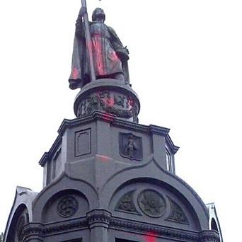 У Києві вандали облили фарбою пам'ятник Володимиру (фото)