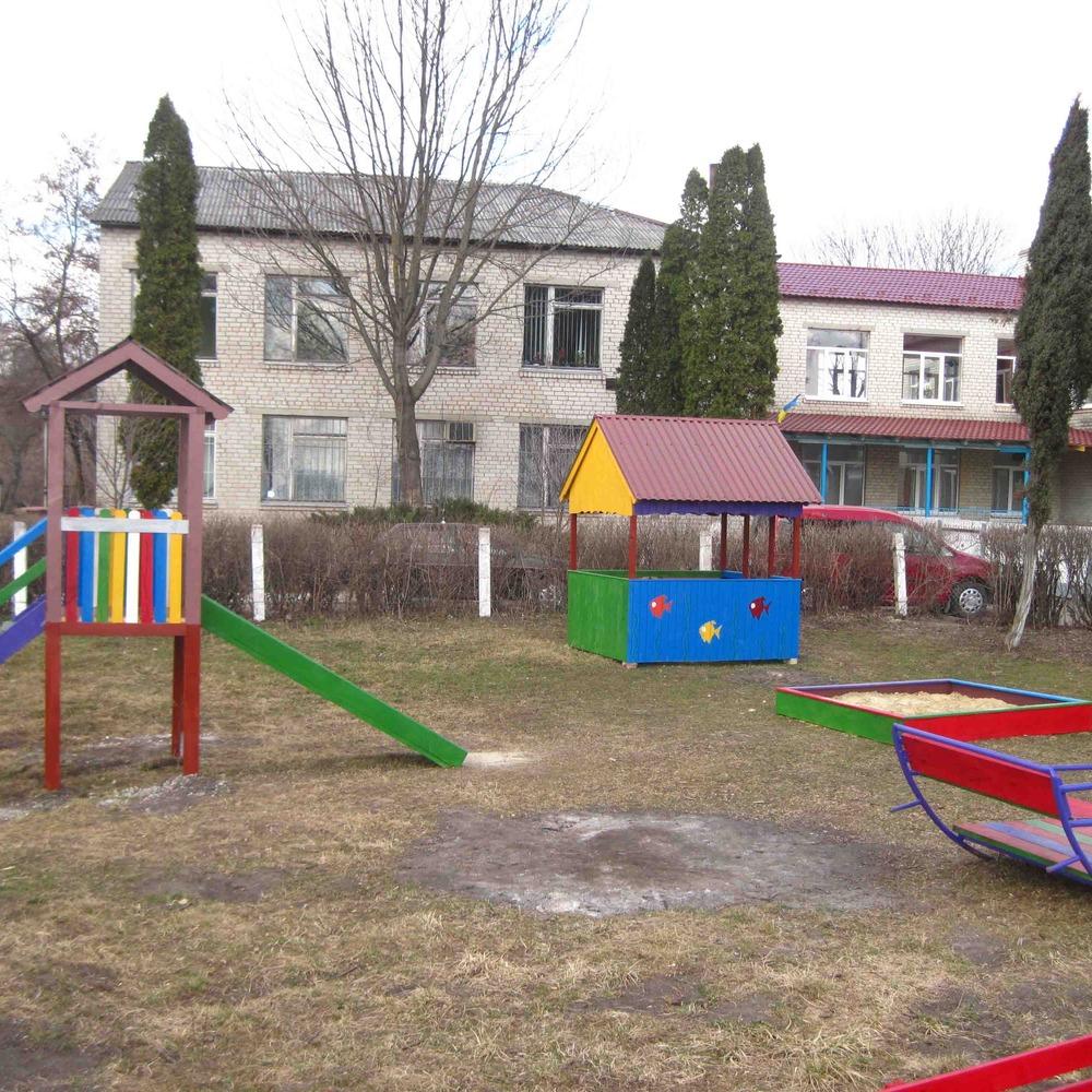У Львові дитина вкололася ВІЛ-інфікованим шприцом в дитсадку