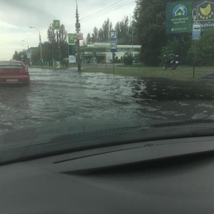 Київські вулиці затопило в результаті зливи з градом