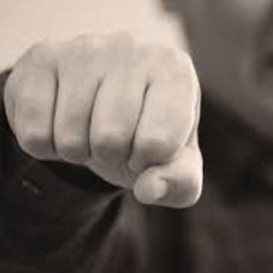 В Миколаєві неадекватний чоловік із криками кидався на людей (відео)