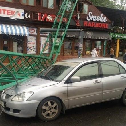 В Одесі будівельний кран впав на ресторан та автівку (фото)