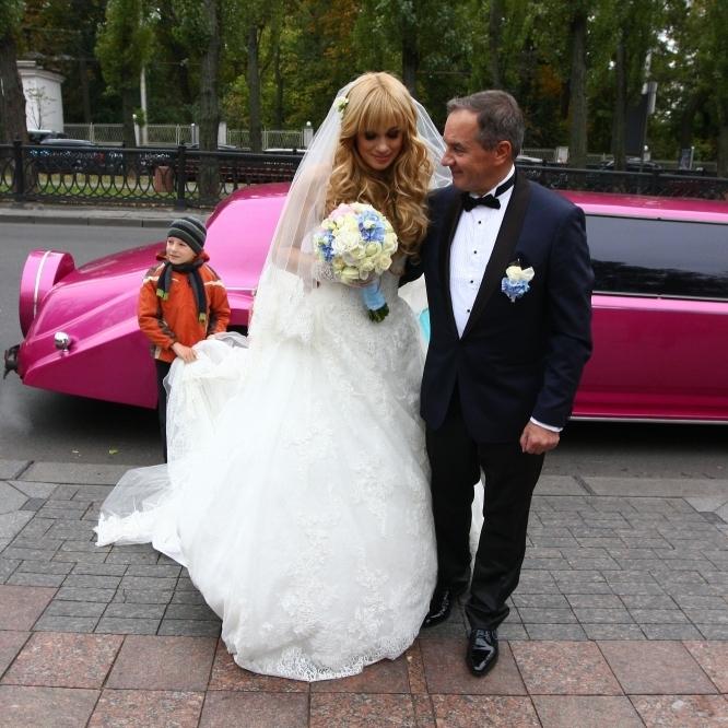 В інтернеті розгорівся ажіотаж навколо весілля 62-річного мера та 38-річної екс-депутатки