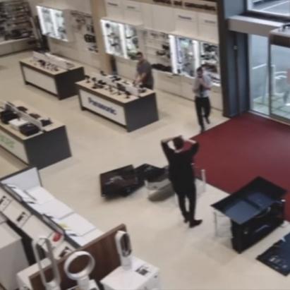 Невдача дня: покупець розбив 4 плазмових телевізора (відео)