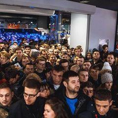 Українці стоять у чергах за iPhone 7 (відео)