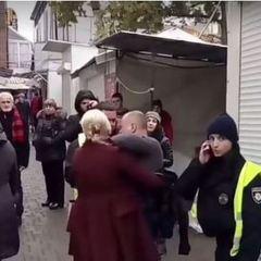 «Бийте їх»: в Івано-Франківську натовп хотів лінчувати копів