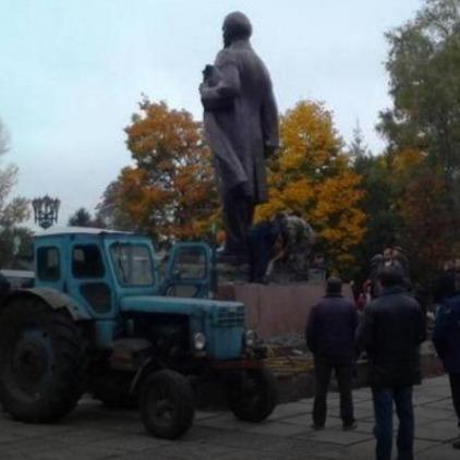 В Україні впав останній пам'ятник Леніну (фото, відео)