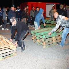В італійському містечку жителі забарикадувалися, щоб не пускати біженців (фото)