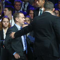 Прем'єр-міністра Росії Медведєва евакуювали із залу форуму в Сколкові