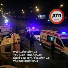 Нічна ДТП У Києві: водій легковика не пропустив швидку, яка перекинулася