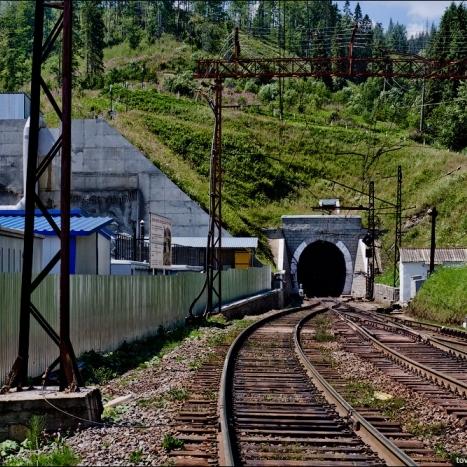 «Укрзалізниця» проклала у Карпатах тунель до Європи