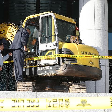 У Південній Кореї чоловік на екскаваторі в'їхав в прокуратуру, «щоб вбити» подругу президента