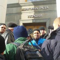 Під Радою сталася сутичка чорнобильців з поліцією (фото)