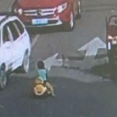 У Китаї дитина на іграшковій машинці виїхала та трасу (відео)