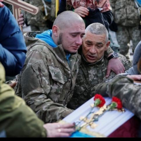 На Майдані на колінах провели в останню путь загиблих айдарівців (відео)