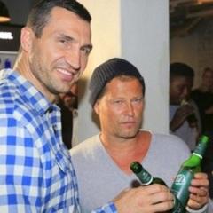 Кличко хильнув пивка на відкритті ресторану Тіля Швайгера (фото)
