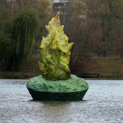 У Голосіївському парку Києва з'явилася скульптура, що світиться вночі (фото)