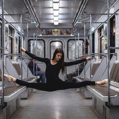 Ніжність та грація: вражаючі фото балерин у метро і на вулицях
