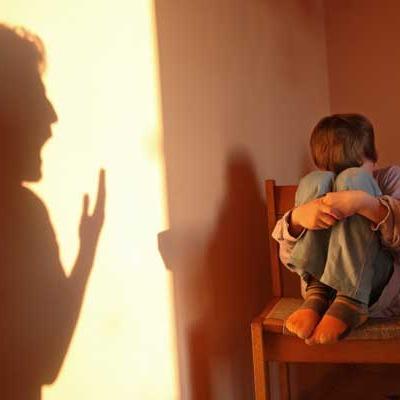Неадекватним батькам, які тримали трирічного сина мало не у вольєрі, повернули дитину