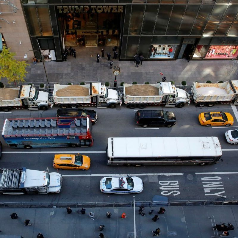 Виборчий штаб Трампа в Нью-Йорку огородили вантажівками з піском