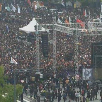 У Південній Кореї сотні тисяч протестувальників вимагають відставки президента – ЗМІ
