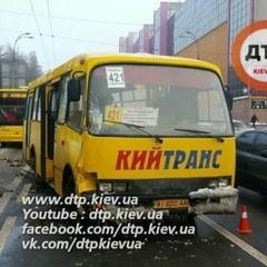У Києві зіткнулися маршрутки, є постраждалі (фото)