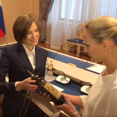 Маріон Ле Пен подарувала Поклонській іменне шампанське (відео)