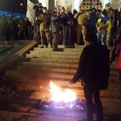 На Майдані відбулися сутички з правоохоронцями, знову палають покришки (відео)