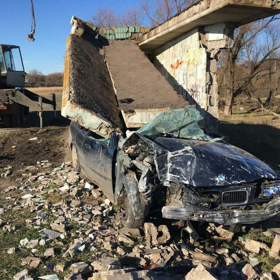 На дівчину, що не впоралась із керуванням, впала  залізобетонна зупинка (фото)