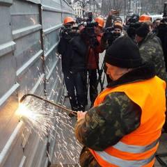 У Києві почали демонтувати незаконну надбудову на Будинку профспілок (фото)