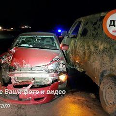 Під Києвом дівчина-водій протаранила військовий мікроавтобус (фото)