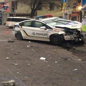 У центрі Дніпра таксі зіткнулося з поліцейською автівкою (фото)