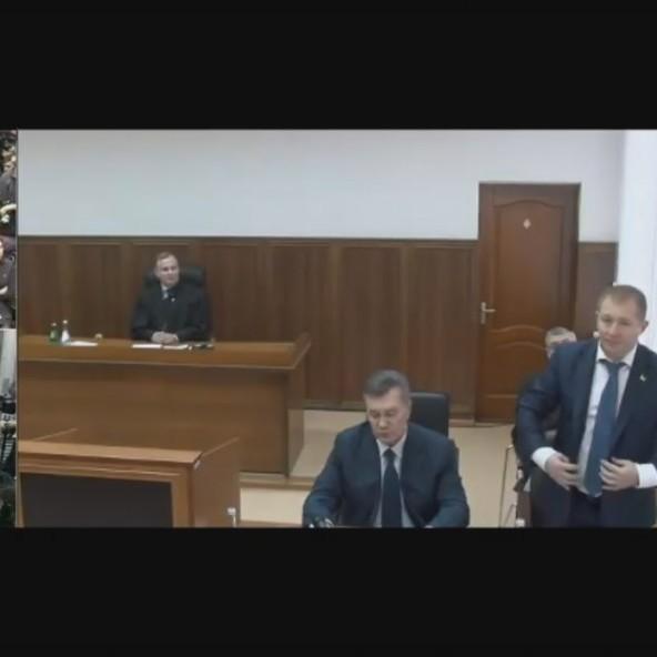 Янукович на суді заговорив українською