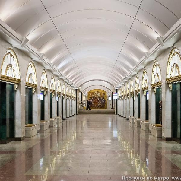 У петербурзькому метро поліцейські зловили оголену жінку
