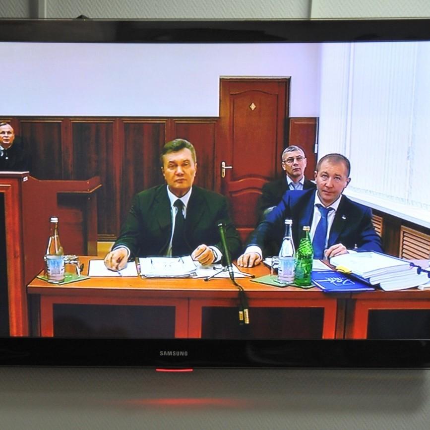 Луценко оголосив Януковичу підозру у державній зраді